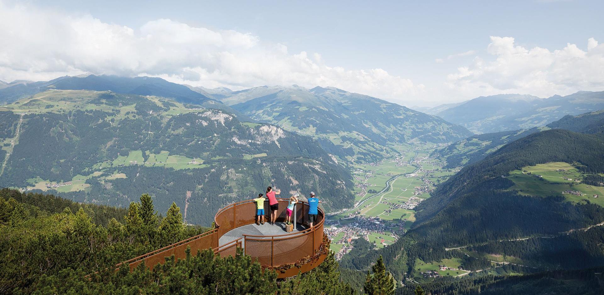Aussichtsplattorm am Ahorn Mayrhofen mit Blick über das Zillertal